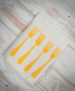 Yellow-linen-napkins-forchette