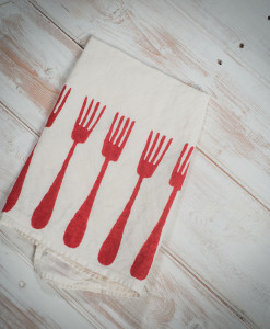 red-linen-napkins-forchette